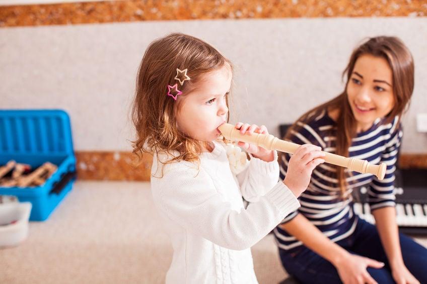 Niña tocando flauta