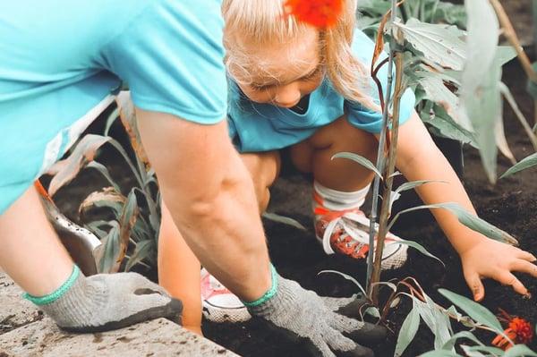 Nina-plantando