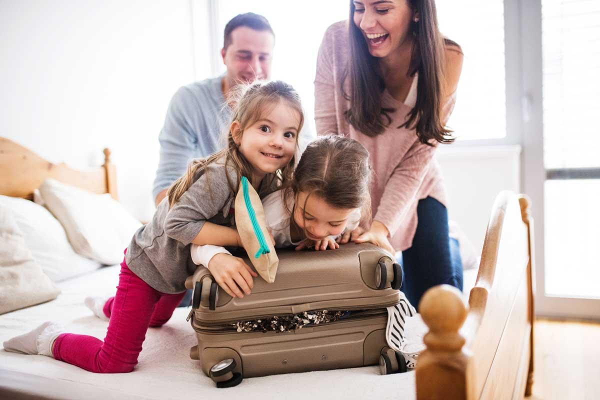Viaggiare con i bambini: cosa mettere in valigia?